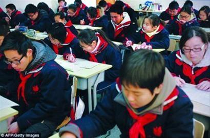 □英国学生和中国学生考试资料图