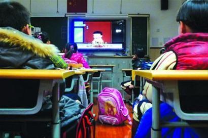 静安区一所小学的晚托班上,孩子们在老师的陪伴下看节目等待家长。/晨报记者 陈征