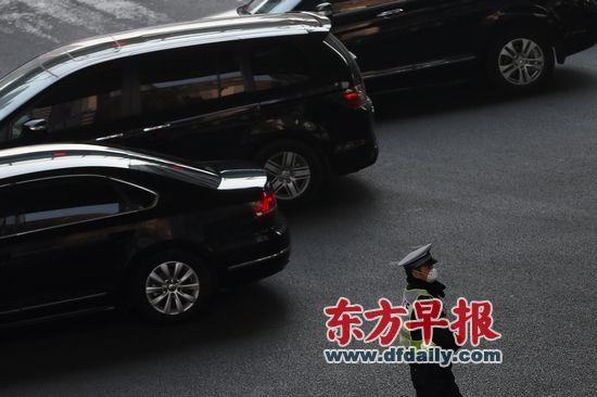 上海初步拟定3月1日起实施汽车国五标准,这项政策对汽车销售、上牌都将产生重大影响。王辰 早报资料