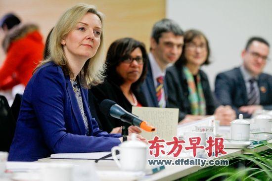 昨天,英国教育和儿童事务部副部长莉兹·特鲁斯同上海的教育专家交流数学教学问题。 早报记者 张栋 图