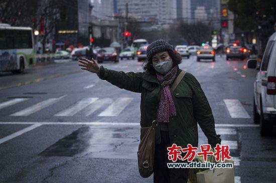 2月18日,上海静安寺,市民在街头扬招出租车。由于打车软件的冲击,普通的扬招变得越来越困难。早报见习记者 寇聪 图