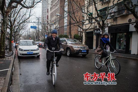 昨天,潘石屹与同事在上海街头骑行途经巨鹿路。早报记者 孙湛 图