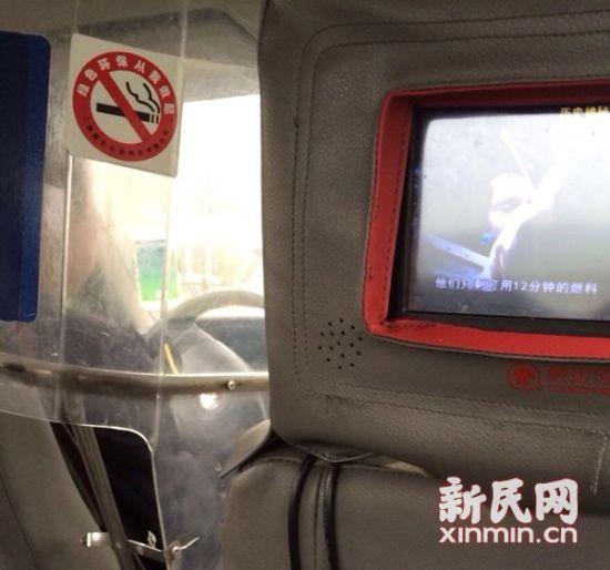 记者暗访时发现,不少出租车司机仍开着打车软件。新民网记者 李欣 摄