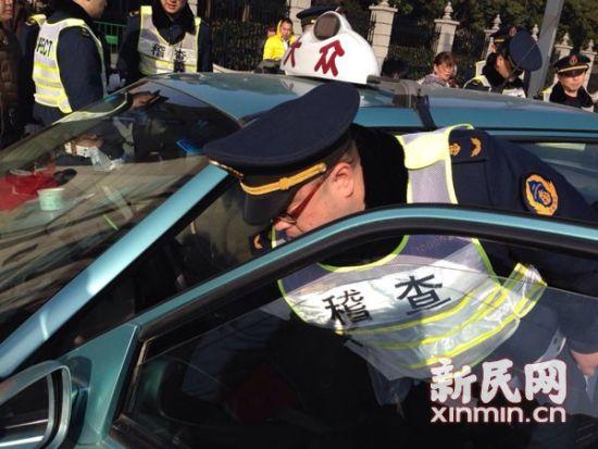 图说:交通执法人员查获一辆克隆出租车,该车计价器安装了小马达,司机操作也影响车费。新民网记者 李若楠 摄