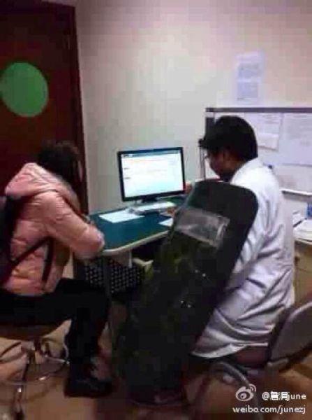 """网上热传的一张""""长征医院医生看病配防暴盾牌""""的照片。图片来源:新浪微博"""