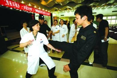 □2012年5月9日,宁波市海曙区巡特警现场教医护人员防身技巧,提高自我保护能力。 /CFP