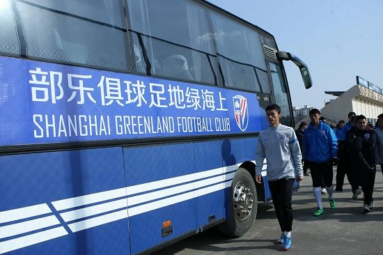 球队大巴上已写上了新俱乐部名。