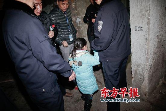 威胁解除后,涉案男子的7岁女儿在民警的带领下回到家中。 早报记者 杨一 图