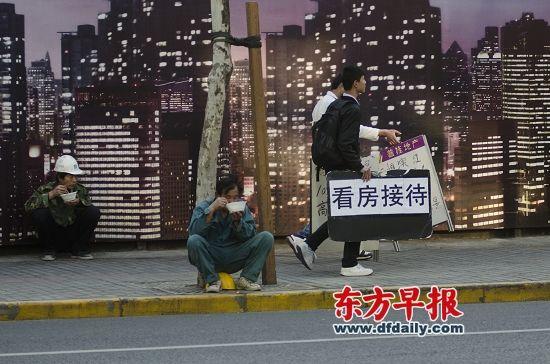 嘉定某开发商说,上海楼市仍处僵持状态,这与房贷政策不明朗、推盘量不高、价格偏贵有关。杨深来 早报资料