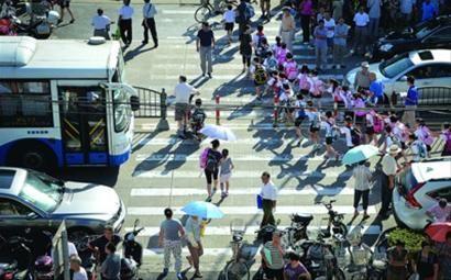 □让孩子就近入学,才可免去择校的奔波之苦,也可减少学校周边道路的拥堵。 晨报记者 陈征