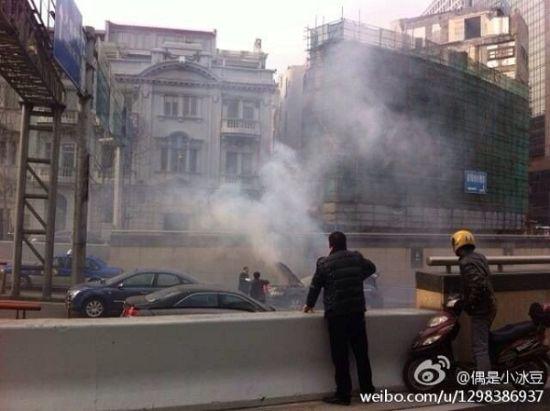 奥迪车突然冒起浓烟。微博图