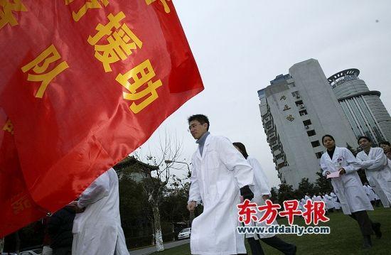 复旦大学上海医学院的研究生在枫林校区报名参加医疗援助预备队。张栋 早报资料