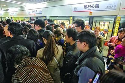 周末赏樱客流源源不断,7号线顾村公园站短时限流。 晨报记者 陈征