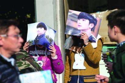金秀贤因韩剧《来自星星的你》而人气爆棚,昨天下午,不少没有买到门票的粉丝守候在上海大舞台,只为见偶像一面。 晨报记者 杨眉