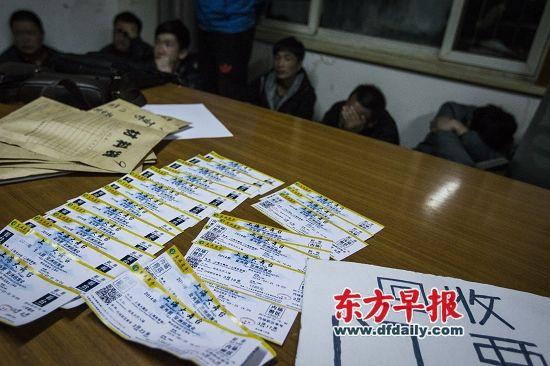 昨天下午,上海体育场,小贩售卖金秀贤的相关纪念品。 本组图片 早报见习记者 寇聪 吴子熙