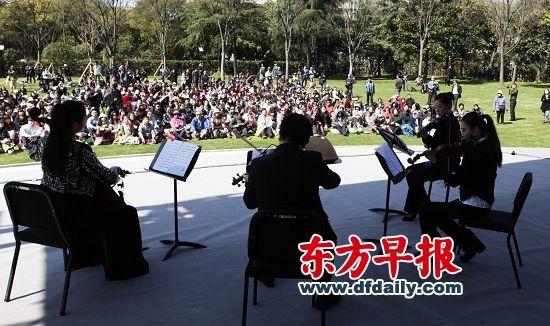 昨天,森海塞尔上海音乐厅举行的跨界草地音乐会吸引了近千名市民。 早报记者 高剑平 图