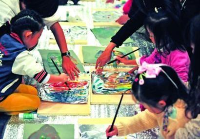 □不少家长都热衷于给孩子报各种各样的兴趣班,但真的对孩子有益吗,疲于奔命的同时也很困惑。/晨报记者 陈征