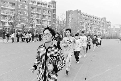 一大早,操场上聚集了很多晨跑的同学。跑道边,不少人排队领免费早餐券。