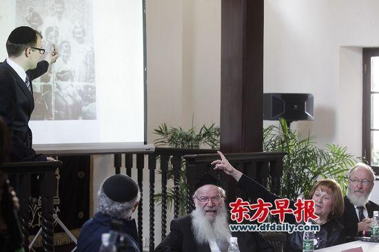 """昨天,在上海犹太难民纪念馆,犹太人Chaya女士希望通过老照片找到童年时照顾她一家的上海""""阿妈""""。 早报记者 高剑平 图"""