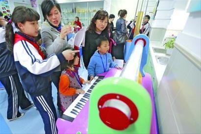 家长和孩子在老生的带领下参观爱国学校/晨报记者 陈征