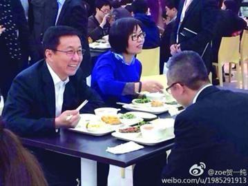 昨日,在上海广播电视台、上海文化广播影视集团有限公司调研时,韩正还到食堂与一线采编人员等用餐。 /贺一纯 杨子晨