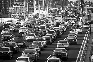 上海实施机动车国五排放标准比国家整体计划提早了4年。与国四标准相比,国五标准轻型车NOx可降低25%,重型车NOx可降低43%。早报记者 鲁海涛 图