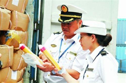 """陈维(右)有着海事危险品防控一线""""福尔摩斯""""的美誉。"""