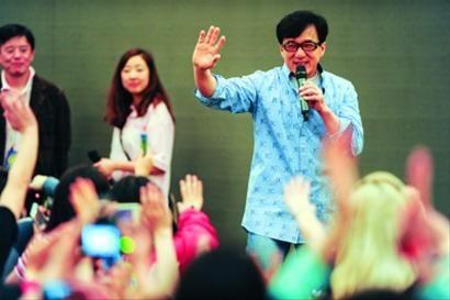 成龙突然现身给影迷惊喜 晨报记者 吴磊