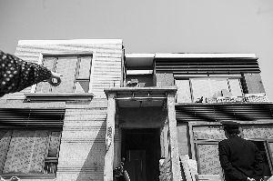 昨日,浦东曹路镇蓝山别墅社区,城管工作人员实地勘察违章改建别墅。早报记者 徐晓林 图