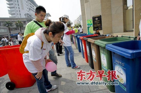 2013年4月21日,梅川路步行街,一群青年人正通过垃圾分类游戏来增强分类意识。张栋 早报资料