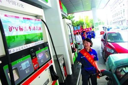 □去年9月1日,上海部分加油站开始供应沪V标准汽油。下月起,沪V标准汽油将全部更换成国V标准汽油。/CFP