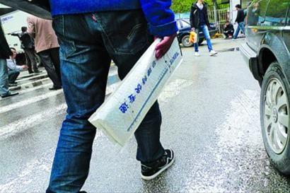 □拍新牌卖旧牌虽不违规但藏风险/ 晨报记者 陈征