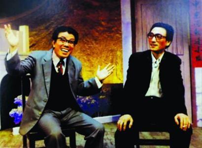 □王双柏(左一)创作演出滑稽戏《开口笑》