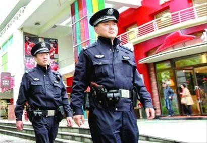 昨日,上海华阳路派出所民警佩枪在街头巡逻。 /新华社