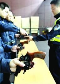 巡逻警配发的是05式警用转轮手枪 /新华社