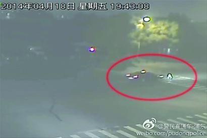 """□警方公布的截图显示,女子在过马路时被轿车撞个正着。 浦东公安分局官方微博""""警民直通车-浦东"""""""