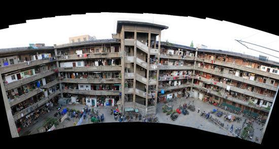 上海市隆昌路362号,也叫隆昌公寓。整个公寓如同一座古罗马斗兽场似的方筒形建筑,中间是宽敞的院子,如同一个大广场,被周边呈土灰色的五层楼房团团围住,犹如围城一般。站在院中仰望,形同坐井观天的青蛙。网友调侃其《功夫》里面的猪笼城寨的翻版。在隆昌公寓内有两座电梯,这在当时的中国大概也是寥寥无几。这里也曾经是上海乃至中国首先使用煤气和自来水的住处。   隆昌公寓建于20世纪二三十年代,据说是英国人设计的,初名葛兰路巡捕房,为公共租界巡捕房的办公地点,当时为囚禁犯人设立的铁窗,如今印迹依存。解放后,巡捕房南