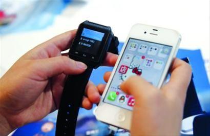 蓝牙手表与手机对接,手表就能接电话。 /晨报记者 殷立勤   记者 祝玲
