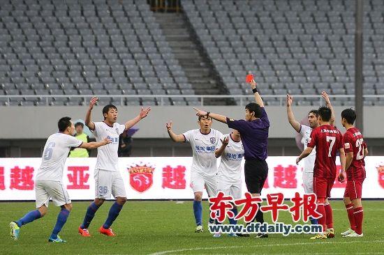 比赛最后时刻,上港小将杨世元正面飞铲莫雷诺吃到红牌。柏佳俊(12号)为莫雷诺打抱不平推倒杨世元也被罚下。早报记者 张新燕 图