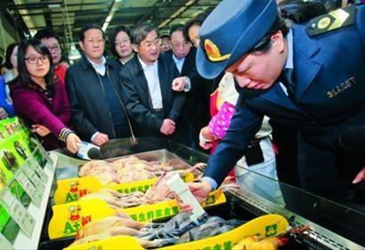 监管人员在某大卖场对冷鲜鸡存放温度进行检测 /晨报记者 竺钢
