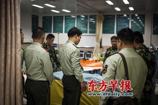 昨日傍晚,上海市第六人民医院抢救室,消防官兵送别牺牲的战友。   早报记者 寇聪 图