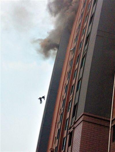 昨日14时许,上海徐汇区龙吴路一高层居民楼突发火灾。两名消防员在扑救过程中,受轰燃和热气浪推力影响,从13楼坠落牺牲。坠楼瞬间两位消防员手拉着手。据了解,没有居民伤亡的报告。新华社发