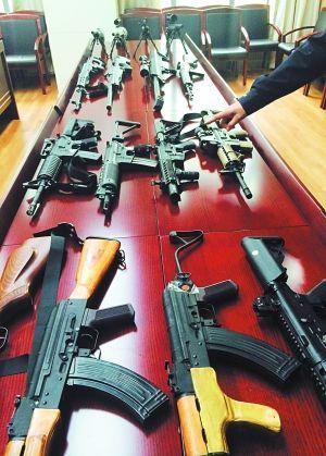 """警方在打击""""暴风模型""""论坛中缴获仿真枪100余支。周馨 图"""