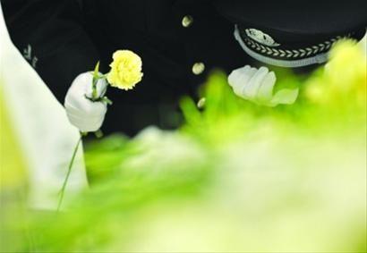 一束束黄花寄托着战友们无尽的哀思。昨日,救火烈士钱凌云、刘杰追悼会在龙华殡仪馆举行。 /周寅杰