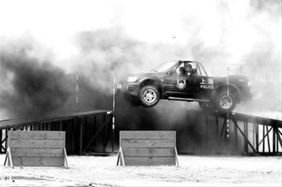 □特警队员在演练中展示体能和车技