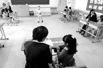 □某校面谈现场,老师一对一与小朋友进行交流。 晨报记者 陈征