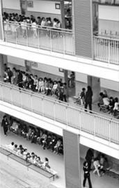 □小朋友们在教室外有序等候面试 晨报记者 陈征