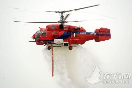 300余名公安特警队员和3架警务直升机进行了实战射击、综合格斗等10个科目的实战演练。