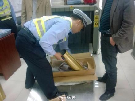 上海警方安检时查获两枚舰炮炮弹