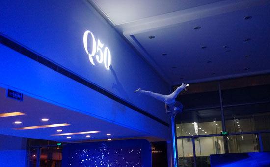 灯光映射出的英菲尼迪q50标志高清图片